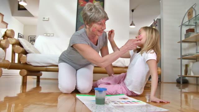 hd: granny und enkelin fertig bin ihren gesichtern - großmutter stock-videos und b-roll-filmmaterial