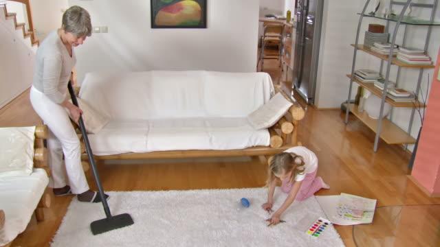 vídeos de stock, filmes e b-roll de hd dolly: vovó e neta com o afazeres domésticos - brinquedo