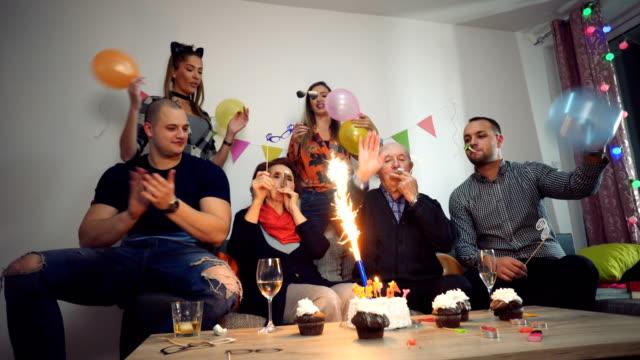 oma feiert geburtstag mit familie - geburtstag stock-videos und b-roll-filmmaterial
