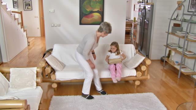 HD DOLLY: Apfelsorte Granny liest Buch mit Enkelin