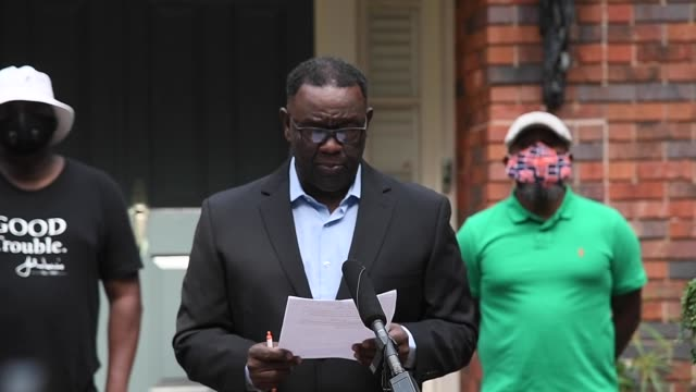 grant lewis, brother of former us rep. john lewis speaks during a press conference on july 19, 2020 at rep. lewis' home in atlanta, georgia. rep.... - 政治と行政点の映像素材/bロール