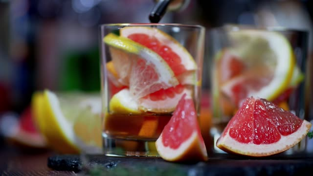 grapefruit and thyme cocktail - aperitivo video stock e b–roll