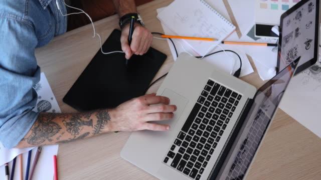 vídeos de stock e filmes b-roll de graphic designer working at home - designer grafico