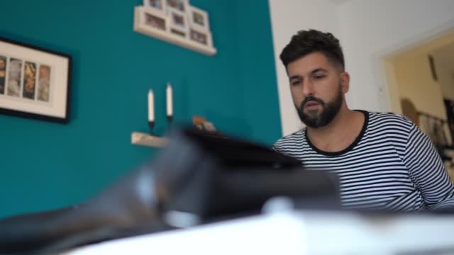 vidéos et rushes de concepteur graphique travaillant à la maison - jeunes hommes