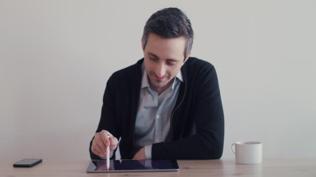stockvideo's en b-roll-footage met graphic designer working on digital tablet - designatelier