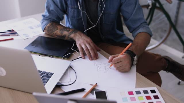 grafik-designer arbeiten am reißbrett - designberuf stock-videos und b-roll-filmmaterial