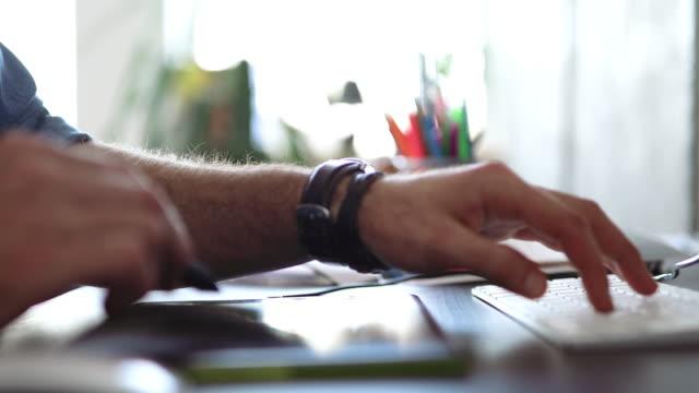 vídeos de stock e filmes b-roll de graphic designer working on his project - designer grafico