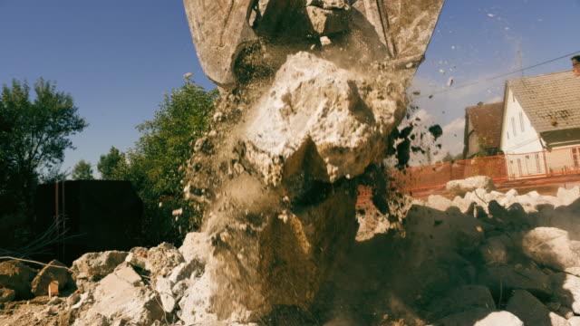 slo-mo-greifer am bagger ein stück beton pressen und quetschen es - bagger stock-videos und b-roll-filmmaterial