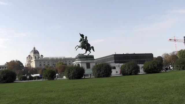 grass in foreground and statue of archduke charles mounted on horse. - kunst stock videos & royalty-free footage