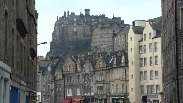stockvideo's en b-roll-footage met ms, grassmarket and edinburgh castle, edinburgh, scotland, united kingdom - 16e eeuwse stijl