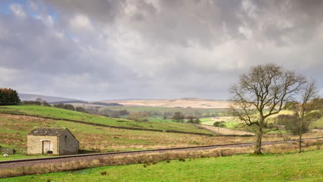 イギリス ヨークシャーの草の多い牧草地と鉄道 - スキップトン点の映像素材/bロール