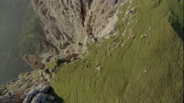 vidéos et rushes de grassy precipices tower over a gorge in the austrian alps. available in hd. - gorge vallées et canyons