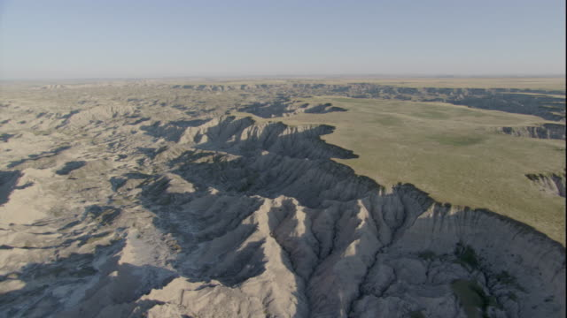 vidéos et rushes de a grassy tableland gives way to rugged badlands in south dakota. available in hd. - grandes plaines américaines