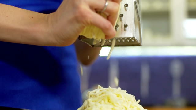 Gelben Käse reiben, mit Metall Reibeisen, Slo-mo