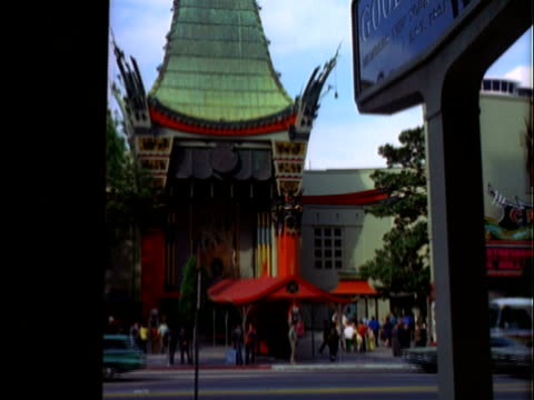 vidéos et rushes de montage grauman's chinese theater and celebrity hand and footprints / los angeles, california, united states - hollywood boulevard