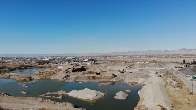 vidéos et rushes de gravel pit heavy equipment and construction site industrial 4k drone areal vidéo - digging