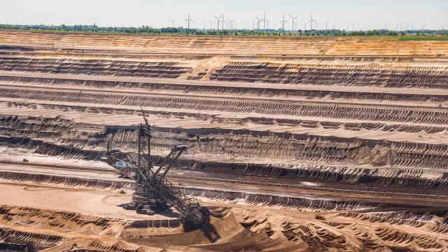 vidéos et rushes de puits de gravier avec une machine industrielle d'excavatrice - camion benne
