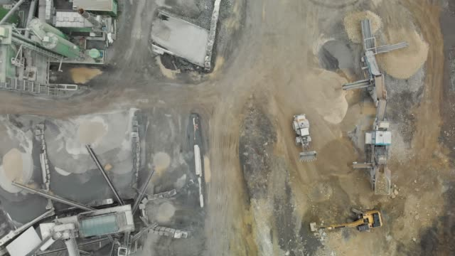 vídeos de stock e filmes b-roll de gravel production in a quarry - aerial view - veículo de construção