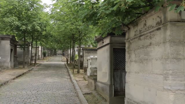 graves, pere lachaise cemetery, paris, france, europe - straßenschild stock-videos und b-roll-filmmaterial