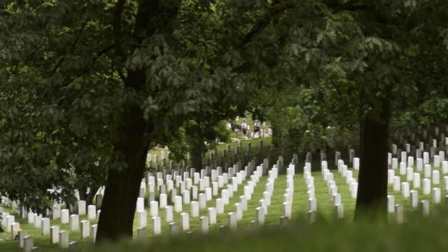 ms gravestones at arlington national cemetery from wilson drive, arlington, virginia, usa - アーリントン国立墓地点の映像素材/bロール