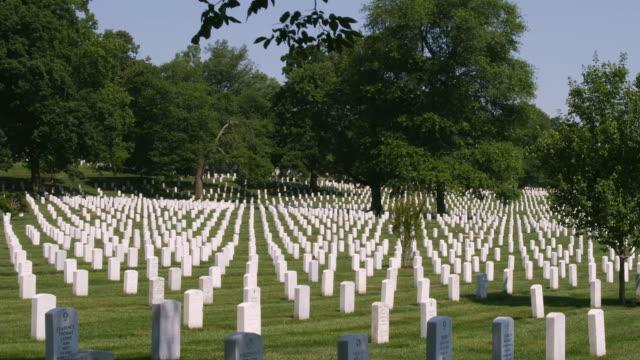 ws pan gravestones at arlington national cemetery, section 33, arlington, virginia, usa - cimitero nazionale di arlington video stock e b–roll