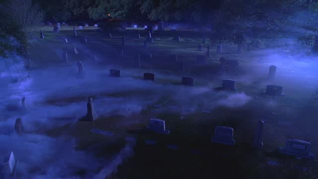 vídeos y material grabado en eventos de stock de n/x graveyard; smoke/mist - cementerio
