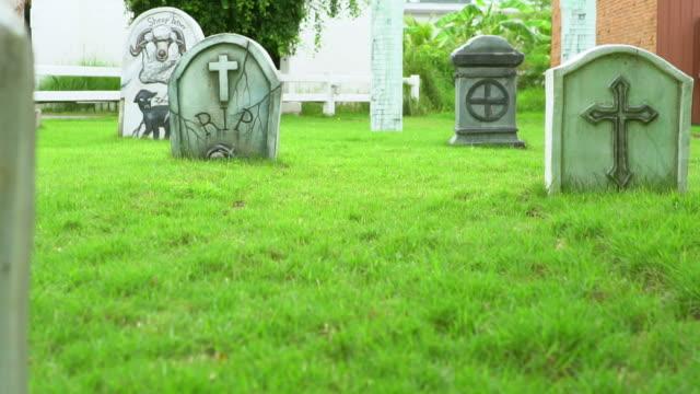 vídeos de stock, filmes e b-roll de cemitério, lápides - exposto ao tempo