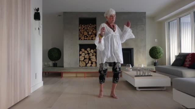 vidéos et rushes de gray hair senior woman alone home relax exercice portrait attitude positive - octogénaire et plus