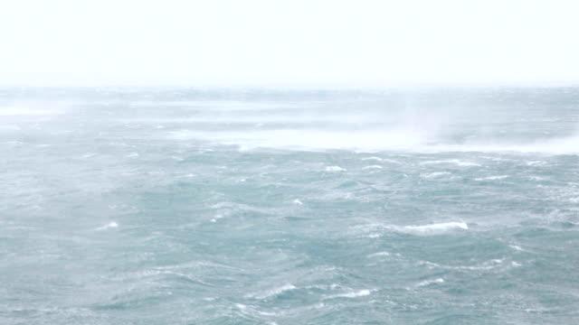 gray raging Meer im Sturm