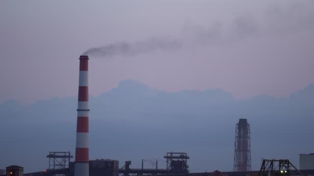 石炭火力発電所の煙突から出る灰色の煙 - 工場の煙突点の映像素材/bロール