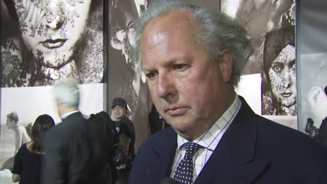 vídeos de stock, filmes e b-roll de graydon carter on the event coming together, on it being bigger in than london, on his favorite portrait. at the vanity fair & burberry host 'vanity... - graydon carter