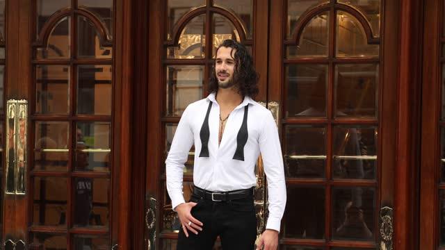 "graziano di prima poses during the ""here come the boys"" photocall at london palladium on may 25, 2021 in london, england. - イングランド南東部点の映像素材/bロール"