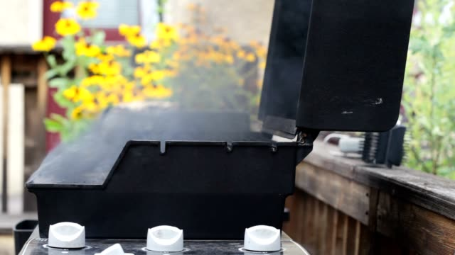 stockvideo's en b-roll-footage met grease fire in grill causing a lot of smoke - misfortune