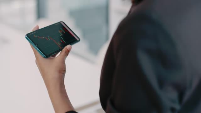 vídeos de stock, filmes e b-roll de um ótimo aplicativo para qualquer especialista financeiro - vestuário de trabalho formal