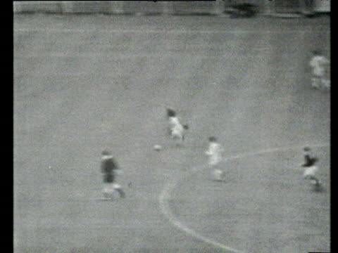 vidéos et rushes de great dribble and strike from john fantham parried by goalkeeper, followed up by david ford who scores, everton vs sheffield wednesday, 1966 fa cup... - everton