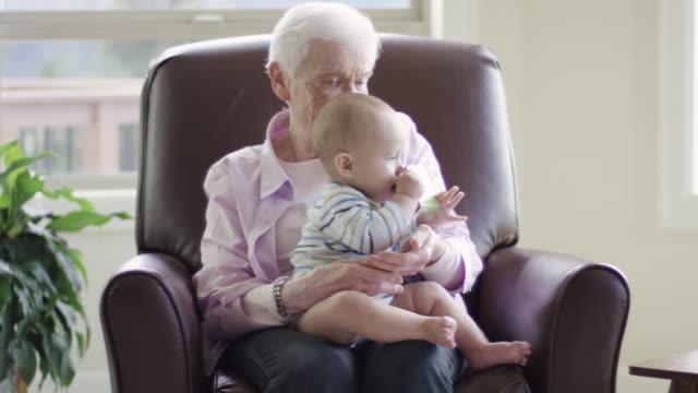 Urgroßmutter halten und spielen mit Ihrem Urenkel