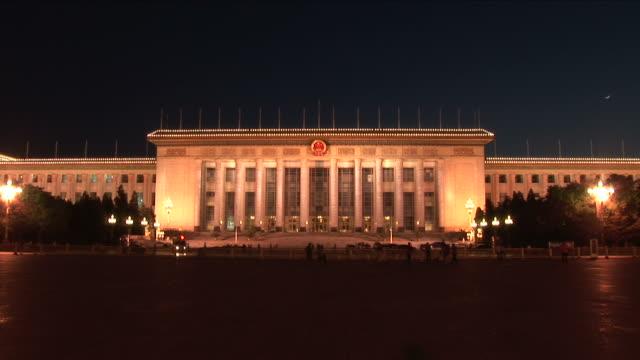 great hall of the people at night in beijing china - platz des himmlischen friedens stock-videos und b-roll-filmmaterial