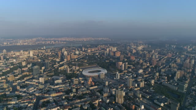 great height aerial view of the city in the evening haze. - ウクライナ点の映像素材/bロール