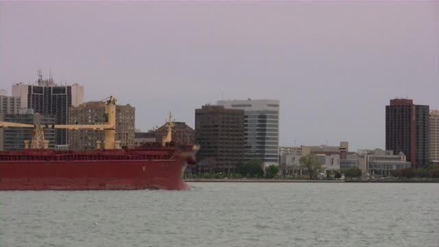 great lakes frachter auf den detroit river (michigan). windsor, kanada hintergrund. - detroit river stock-videos und b-roll-filmmaterial