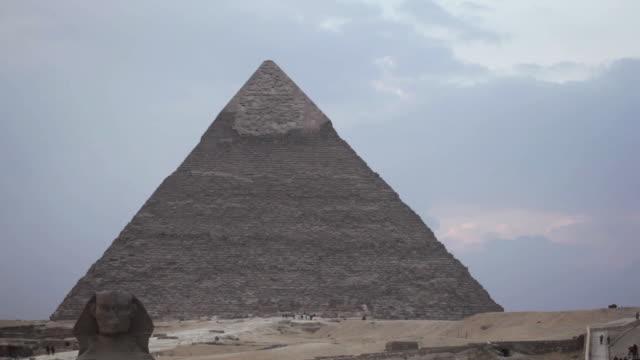 great pyramid of giza, great sphinx of giza - ピラミッド点の映像素材/bロール