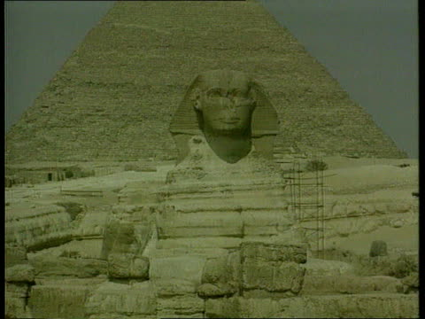 vídeos de stock e filmes b-roll de great pyramid's secret shaft itn cairo/giza the sphinx with the great pyramid in b/g gv the great pyramid lagv ditto - pyramid
