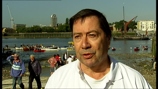 london ext crew carrying rowing boat down to the river thames rowing boats lined up beside quay at millwall boats setting off with crews cheering sot... - 環境メディア賞点の映像素材/bロール
