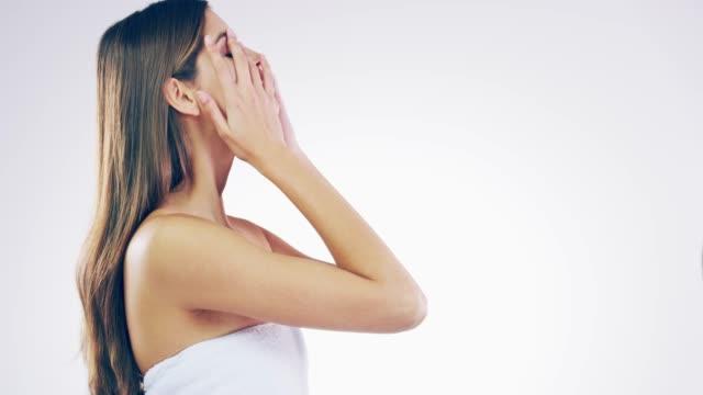 bra hud ger den bra känslan - blinka ansiktsuttryck bildbanksvideor och videomaterial från bakom kulisserna