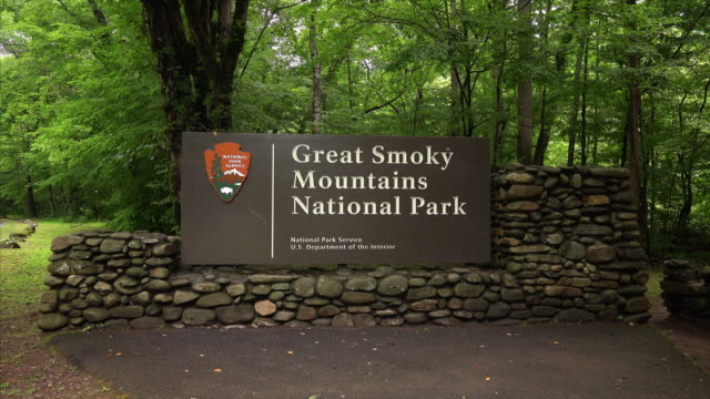 great smoky mountains national park entrance sign in forest - entrance sign stock videos & royalty-free footage