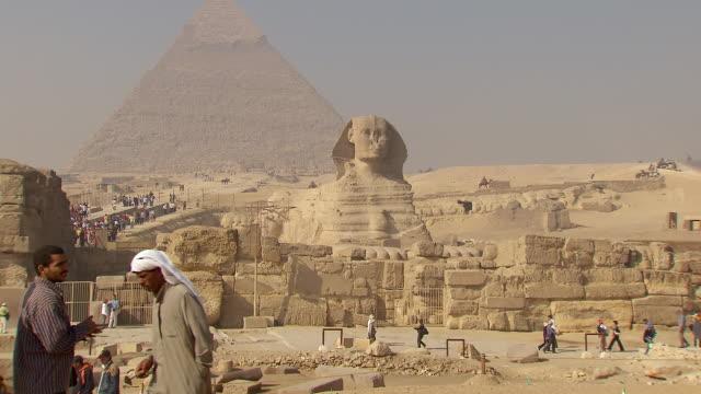 ws great sphinx of giza and pyramids / giza, egypt - piramide struttura edile video stock e b–roll