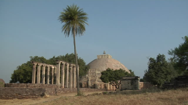cu, zo, ws, great stupa, sanchi, madhya pradesh, india - stupa stock videos & royalty-free footage