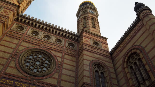 great synagogue in budapest - cultura ungherese video stock e b–roll