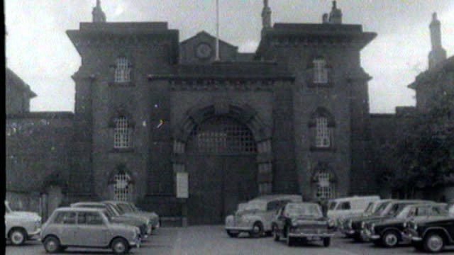 stockvideo's en b-roll-footage met great train robber ronnie biggs death t16111138 july 1965 wandsworth prison ladder against prison wall - wandsworth