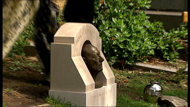 great train robbery fiftieth anniversary; england: london: highgate cemetery: ext bust of train robber bruce reynolds unveiled, to mark 50th... - highgate stock videos & royalty-free footage