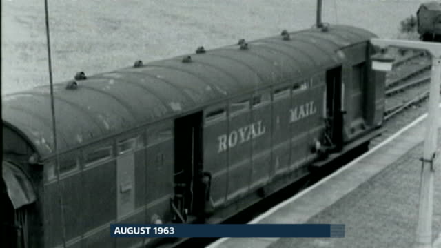 vídeos de stock, filmes e b-roll de great train robbery mastermind bruce reynolds dies aged 81 lib leighton buzzard cheddington police officer along platform next to royal mail train... - 1963